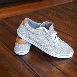 Van's low lace up sneaker